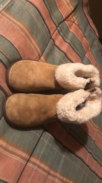CuteTiny Toddlers girl Ugg Boots no trade meet up cash only get the LIL one ready for the winter now hard bottom soles tan