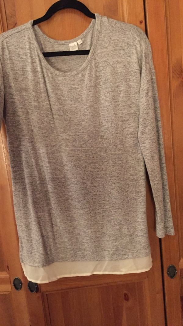 gray crew-neck sweashirt