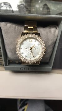 GUESS watch, gold, set for a smaller wrist but sold in box w/ extra clasps. 70$. Very good condition   Ancaster, L9G 2W1