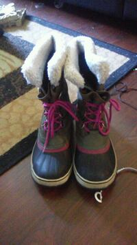 pair of black-and-pink boots Halifax, B3R 2J7