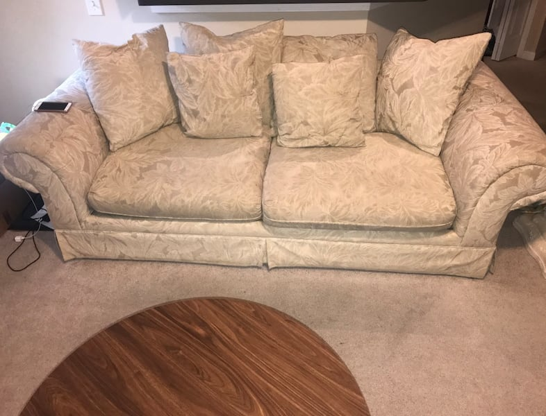Couch set witch matching end table 8e7b5120-8f9d-420c-83e6-aefb172fce73