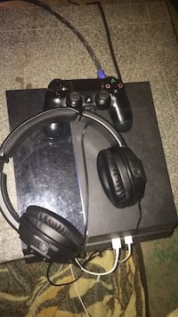 Perfect condition ps4 with headphones  Cambridge, N1R 2X6