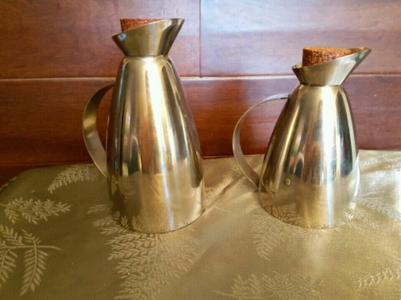 Two stainless steel decanters e9664a7d-88ee-4bb3-97b5-880f93056049