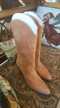 Girly cowboy boots in tan leather with cut out lea