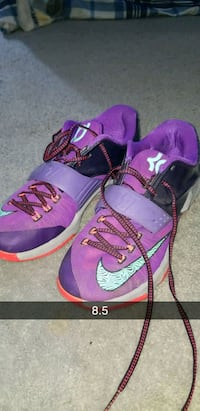 purple-and-pink Nike basketball shoes Independence, 41051