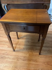 Vintage Singer Sewing Machine with wooden cabinet Cambridge, N3H 2S2