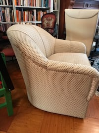 Ethan Allen swivel chair with matching footrest like new New York, 10128