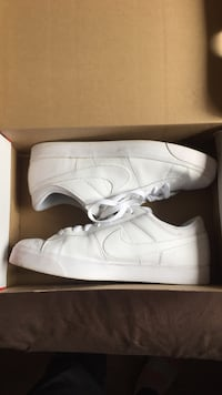 Pair of white nike low-top sneakers 3533 km