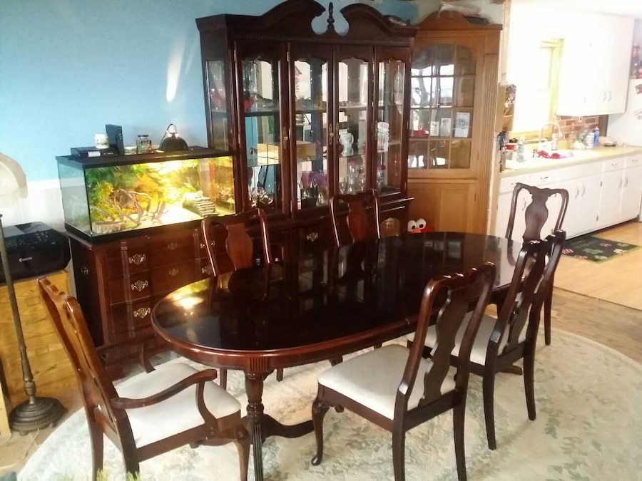 Used Singer Co 10 Piece Dining Room Set in Angola