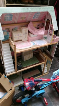Three story dollhouse, 5 barbies, accessories Surrey, V3W 2N5