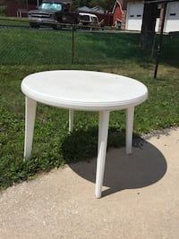 White plastic Round table Sykesville, 21784