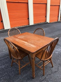 Wooden table - size is 4'x3' 39 km