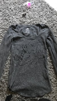 black scoop-neck long-sleeved shirt Chestermere, T1X 0R1