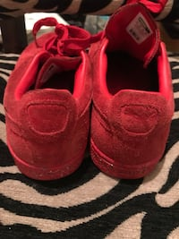 Pair of red puma low-top sneakers Chesapeake, 23321