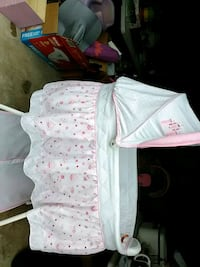 Baby bassinet   very good condition  has music and bedding Wetumpka, 36092