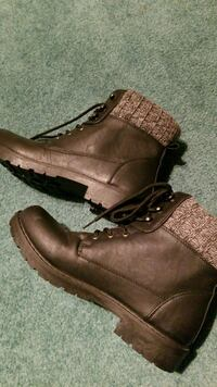 Girls boots size 8 never worn  1956 km