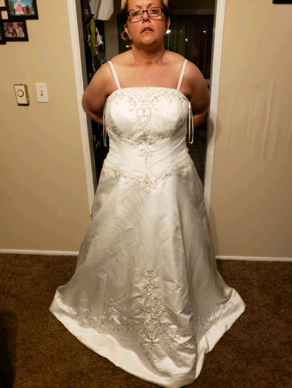 Used Ivory plus size wedding dress for sale in Wilmington - letgo