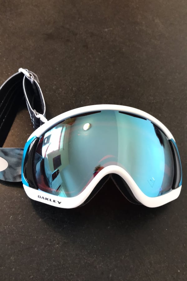 Brand new Oakley canopy goggles 9be88ab5-df5c-4926-9ca3-93a5f738f4f3