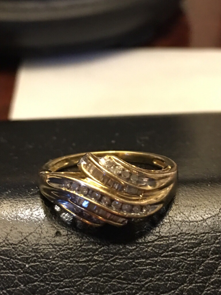 Photo Women gold ring and have almost half k of diamond