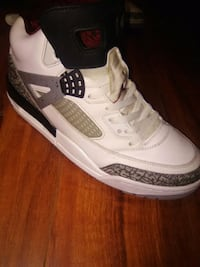 unpaired white, gray, and black Air Jordan 4