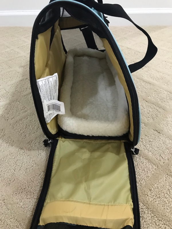 Small Pet carrier f3d87b44-94a2-4bc8-b4d3-ab914832c193