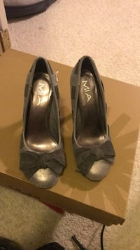 pair of women's gray open-toe bow pumps