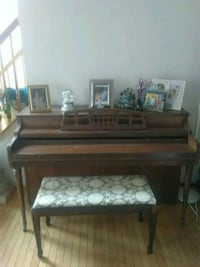 Piano with bench 32 km