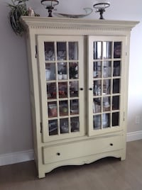 Vintage white China cabinet.  Must sell make offer!! . Must sell Montréal