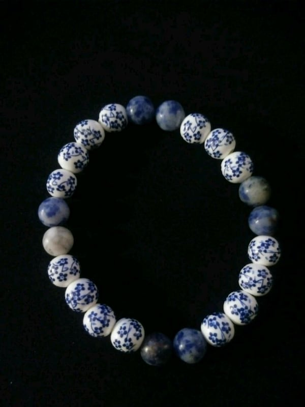 Blue and white flower beaded bracelet 2beff13f-996d-4b88-8f67-1be6d8f6ac49