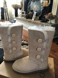 Sand ugg bailey button triplet boots I have size 3 and 4  Welland, L3C 6A2