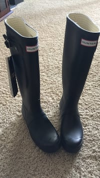 Pair of black hunter rainboots mint condition size 8