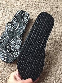 Women's flip flops size 8 bought but too big worn once  Abbotsford, V2S 1K8