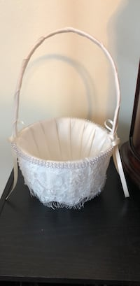 White floral lace flower girl basket. Never been used Sterling Heights, 48310