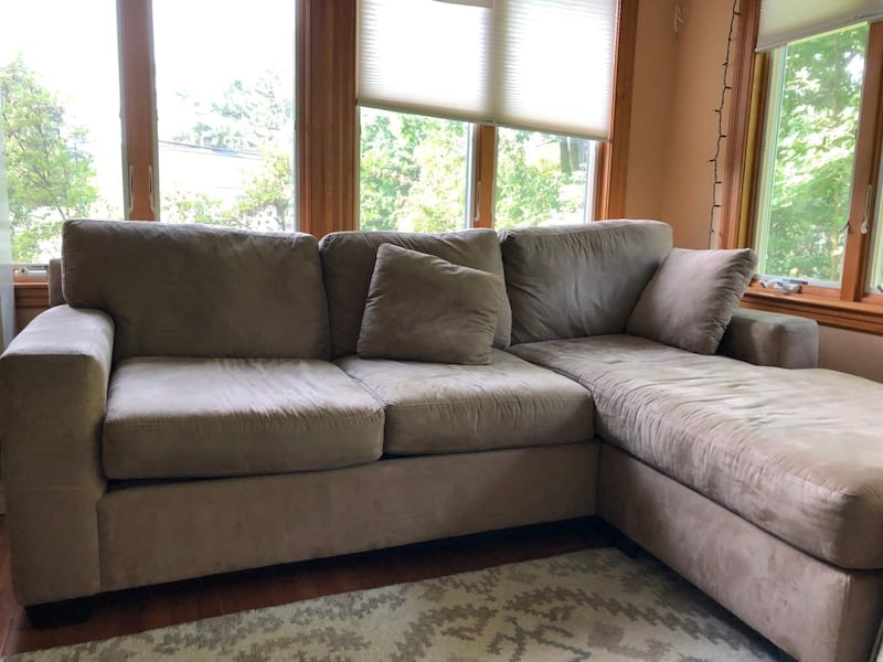 BROWN COUCH!  200adc18-7335-4ae5-9159-2b1db6dc4202