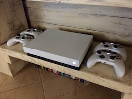Xbox One X Robot White Special Edition (1TB) + 4 controllers