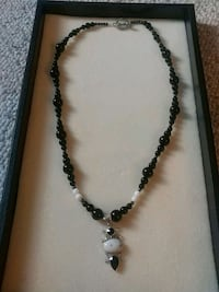 beaded black and white necklace 2310 mi
