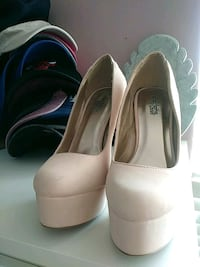 pair of white leather peep-toe pumps Bakersfield, 93313