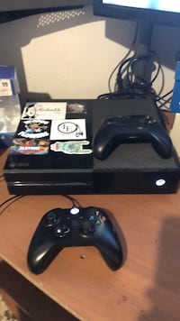 Black xbox one with two controllers Highland, 92346