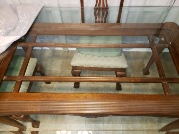 Big Dining Room Glass 4 seat table 9a5809cd-bb56-4122-ad45-11dfaf50e218