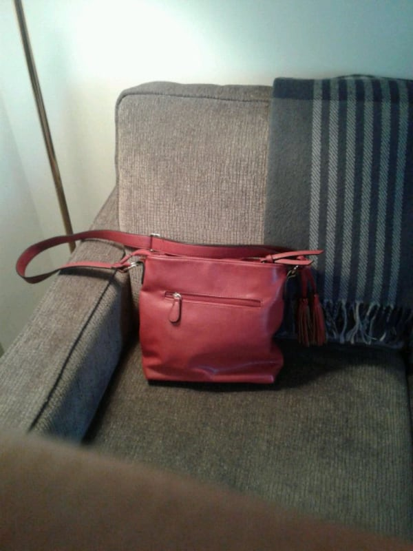 Purses in excellent condition. $20 each 85423b0a-2d30-4510-a0c3-a3ae1ca7cab1
