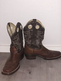 Boots size 9.5 Spring, 77380