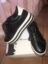 paio di sneakers basse in pelle nere San Carlo Canavese, 10070