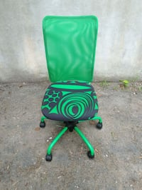 green and black rolling chair 825 km