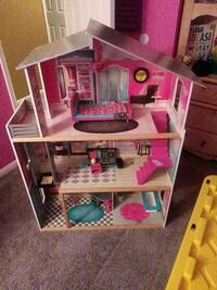 Doll house great shape with some accessories
