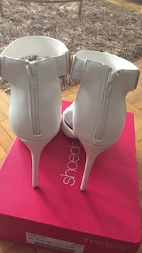 pair of gray leather heeled shoes 779 km