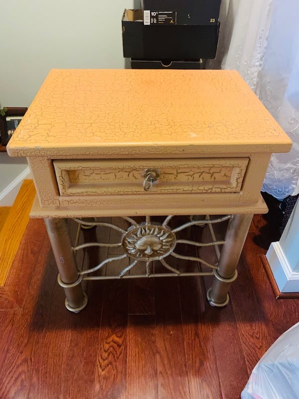 Side table ba7925b5-9ad3-4ded-911c-ca0dca158a4d