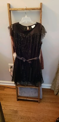 Like new, girls size 10 D-Signed dress. Round Hill, 20141