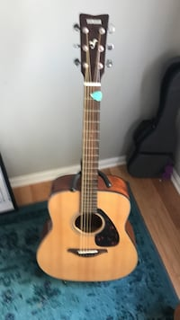 Beige and brown yamaha acoustic guitar