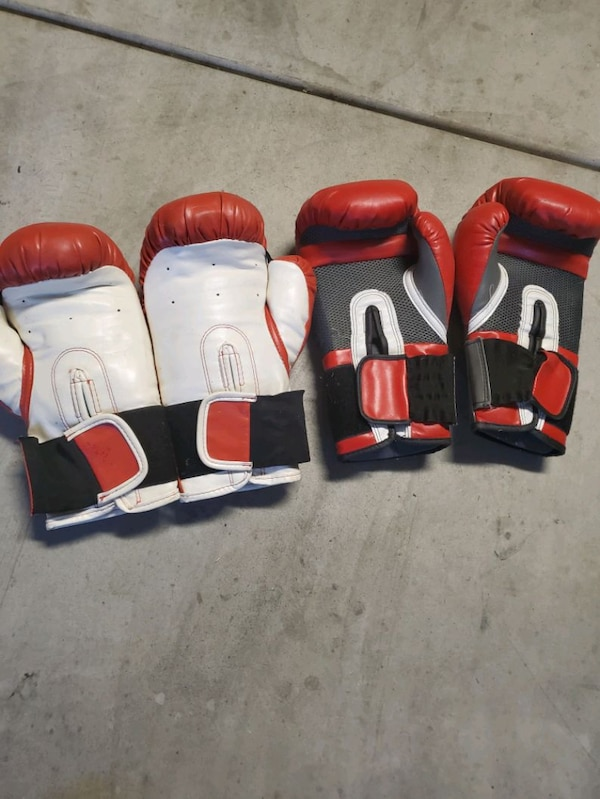 Punching bag with 2 pairs of gloves  0079c9bb-88d3-411c-a581-bec2711dd1e0