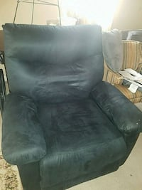 Black recliner District Heights, 20747